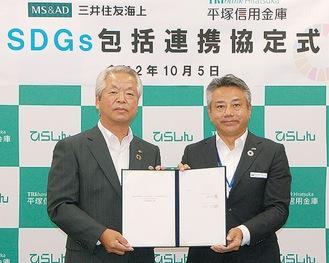 協定を締結した石崎理事長(左)と山本神奈川支店長
