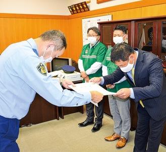 鎌田署長から感謝状を受け取る門園社長(右)