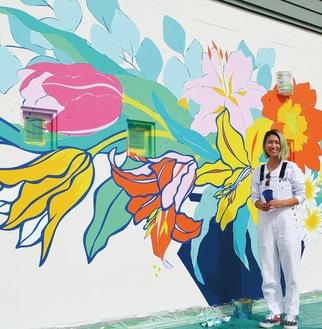 壁画と作業中のルイーゼさん