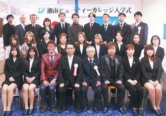 新入生と井出校長(前列左から4人目)