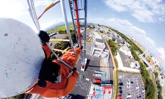 高さ30mから降下訓練する隊員(写真提供/平塚市消防本部)