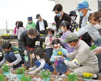 花苗をていねいに植える地域住民ら