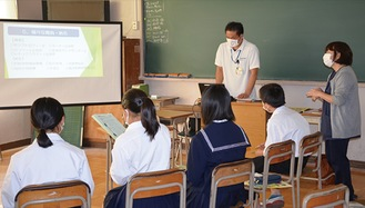 講師の話を熱心に聞く生徒