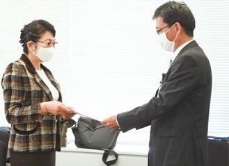 担当部長に意見書を手渡す藤原名誉教授(左)