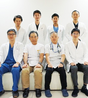 伊勢原協同病院消化器内科の常勤医師ら8名。前列右から2番目が小野部長、3番目が大野副院長