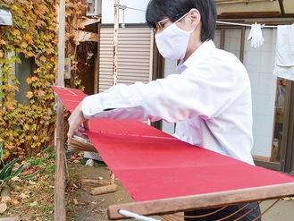 創業時からの作業道具「伸子」で着物のシワを伸ばす俊一さん