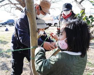 講師の三森さんにロープワークを教わる子どもたち
