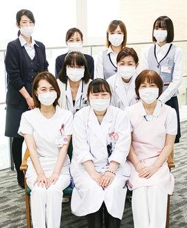 北尾恭子医師(前列中央)と耳鼻咽喉科の看護師、臨床検査技師、外来受付スタッフら