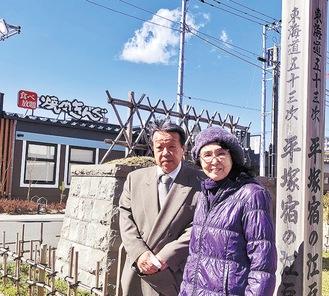 平塚宿の碑を案内する仲村さん(右)