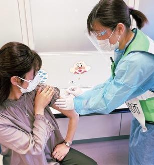 手順を確認する被接種者役(左)と看護師