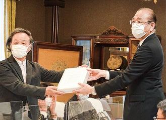 意見書を手渡す米澤代表(左)と小板橋副知事