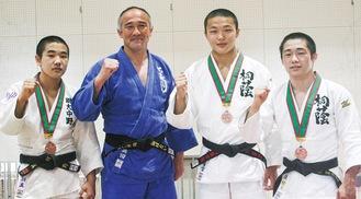 左から林さん、真田先生、平野さん、五十嵐さん。金目中学校体育館にて。