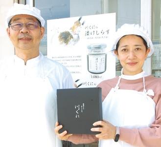 授賞を喜ぶ内田さん(左)と従業員
