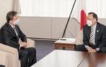 落合市長と面談する山石社長(左)=平塚市提供