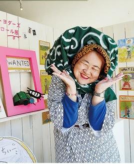 展示を紹介する瀬戸さん。金曜日に在廊しており、似顔絵など書いてもらえる