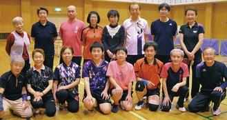 颯輝さん(前列左から4人目)、唯羽さん(同5人目)とクラブのメンバーたち
