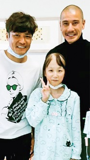 大久保選手(左)ら多くの選手が華連さんの見舞いに訪れた(18年2月11日)