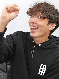 お互いを褒め合う「いいね!」の手話をする北村さん