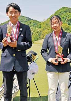 メダルをかける龍竺さん(左)と照菜さん