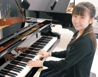 ピアノを奏でる加藤さん