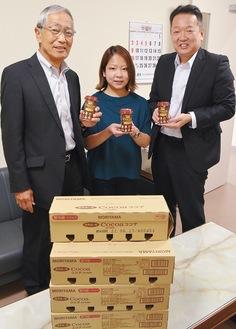 寄付したココアと大塚直人代表取締役社長(左)