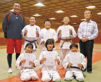 後列左から金井監督、真田君、柴田君、原田君、奥山会長前列左から馬場さん、石川さん、新井さん