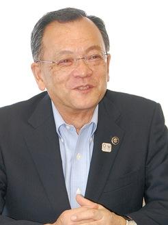 本紙の取材に応じる落合克宏平塚市長=6月9日・市長室