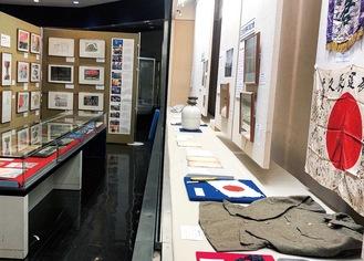 展示の一部。当時の資料に加え戦争体験画も並ぶ