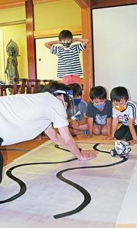 ロボットの動きに興味津々の子どもたち