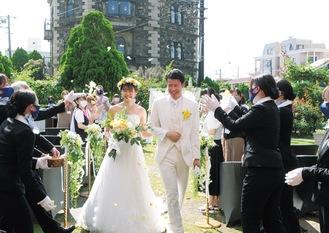 模擬結婚式の様子。新郎新婦役も同学生が務めた