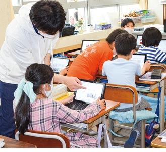タブレットを使用した授業を行う神田小3年2組