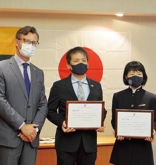 (左から)バルブオリス大使、増谷さん、土屋さん