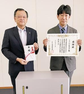 感謝状を持つ藤原会長(右)と落合市長