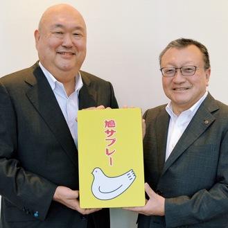 鳩サブレーの黄色い缶を共に持つ久保田社長(左)と常盤会頭。二人は息の合った掛け合いで、終始和やかな雰囲気で対談が行われた