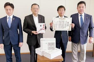 感謝状を持つ二宮会長(右から2番目)ら