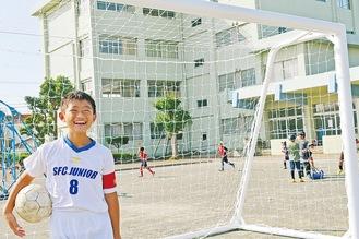 寄贈されたサッカーゴールと飯坂君