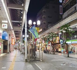 11日午後8時、人通りもまばらな平塚駅北口アーケード