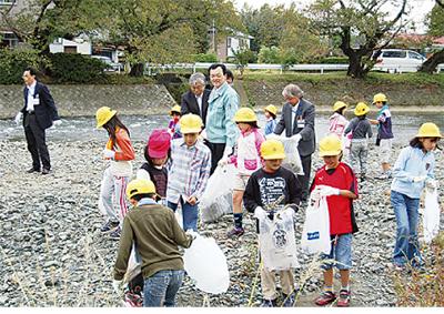 児童らが金目川流域を清掃
