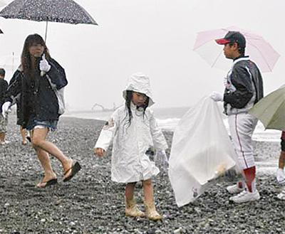 海への感謝で和食店が清掃