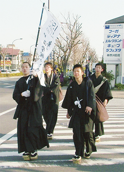 バンカラ姿で平塚横断