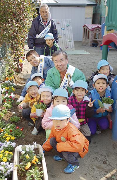 保育園児と花植え