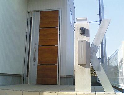 「イニシャルゲート」で飾る個性溢れる玄関まわり
