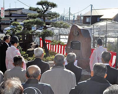真土神社参道に神獣鏡碑