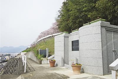 海、緑、風が包む「大空の碑」