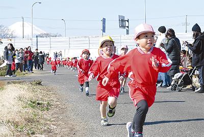富士山背に健脚競う