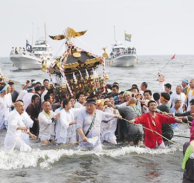神輿の浜降り須賀に夏告げ
