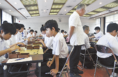 小中学生が囲碁真剣勝負で交流