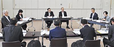 意見を交わす委員会メンバー(中央左が落合市長)