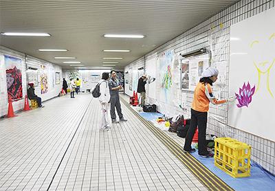 駅地下に壁画ミュージアム
