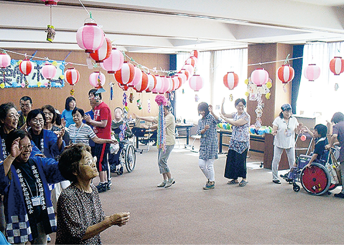 地域の高齢者と祭り気分で交流